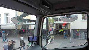 Blick aus dem Fahrerhaus. Die Kamera des Assistenzsystems zeigt, was neben dem LKW sich befindet. Fotos: A. Steger