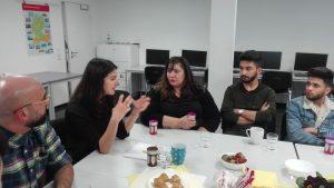 Serap Güler, Fatma Karacakurtoglu und ein Flüchtlingshelfer im Gespräch. Fotos: A. Steger