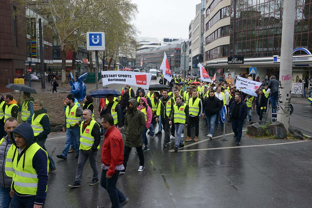 Rund 300 Personen nahmen an der Kundgebung vor der Katharinentreppe an der Kampstraße teil und zogen dann als Demonstrationszug durch die Innenstadt. Fotos: Sascha Fijneman