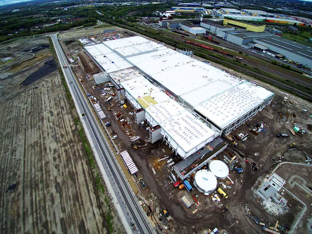 Für das 45.000 Quadratmeter großen REWE-Frischelager - so groß wie sechs Fußballfelder - wurden 4000 Tonnen Stahl und 98.000 Tonnen Beton verarbeitet.