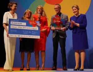 Elke Büdenbender (Schirmherrin der Deutschen Kinder- und Jugendstiftung (DKJS)), Heike Klumbies (Leiterin FABIDO Kita Bornstraße), Barbara Schöneberger (Moderatorin), Markus Jentzsch (Familienbüro Innenstadt-Nord), Franziska Giffey (Bundesfamilienministerin).