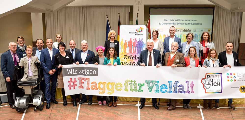 OB Ullrich Sierau zeigt Flagge für Vielfalt mit den Beteiligten des DiverseCity Kongresses. Foto: Roland Gorecki