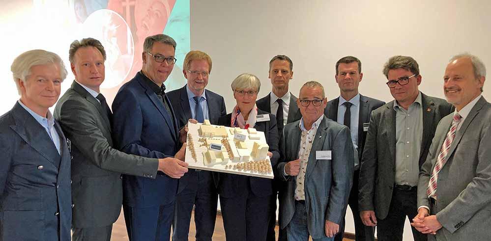 Stadt, Bauherren und Beschäftigte der Johannesbad-Gruppe präsentierten das Modell der Rehabilitationsklinik in Hacheney. Fotos: Joachim vom Brocke