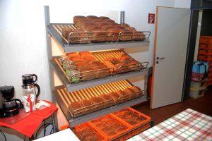Brot vom Vortag wird für jeweils einen Euro angeboten.
