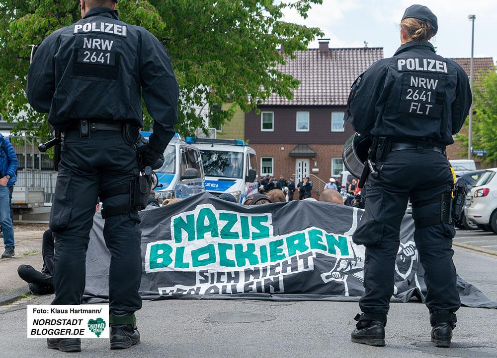 Nazidemo in Hörde: Blockade von GegendemonstrantInnen auf der Rainer van Daelen-Straße. Foto: Klaus Hartmann