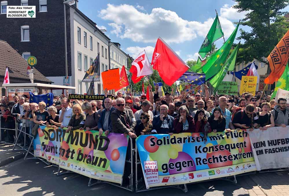 Arbeitskreis gegen Rechtsextremismus, Bündnis gegen rechts und BlockaDO hatten zum Protest nach Hörde mobilisiert. Foto: Alex Völkel