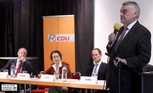 Im Plauderton - aber in der Sache entschlossen - berichtete Innenminister Herbert Reul.
