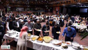 Interreligiöser Dialog beim ersten gemeinsamen Fastenbrechen im DKH. Fotos: Alex Völkel