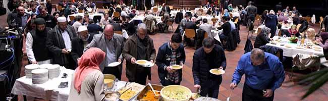 """""""Ramadan – Monat der Begegnung"""": Interreligiöser Dialog beim ersten gemeinsamen Fastenbrechen in Dortmund"""