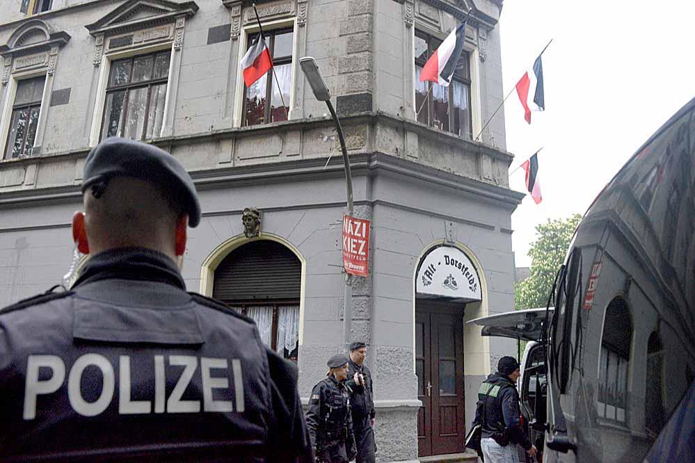 Ein Großaufgebot der Polizei nahm die Hausdurchsuchungen in der Tusnelda- und Emscherstraße vor. Fotos: Alex Völkel