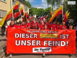 """Auch über das Frontbanner kam es zu juristischen Auseinandersetzungen - daher wurde """"Staat""""überklebt. Foto: Alex Völkel"""