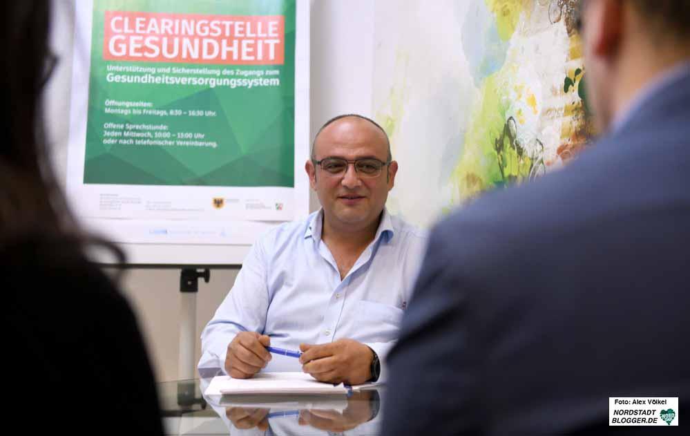 FachberaterRamazan Demirci berät Menschen u.a. auf türkisch. Fotos: Alex Völkel