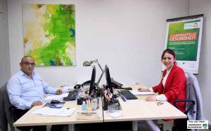 Ramazan Demirci berät Menschen u.a. auf türkisch, Karima Souita auf arabisch.