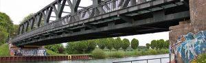 Die Stahlträgerbrücke wurde 1951 als Nachfolgerin einer im Zweiten Weltkrieg gesprengten Stahlfachwerkbrücke aus dem Jahr 1934 errichtet. Foto: Hafen AG