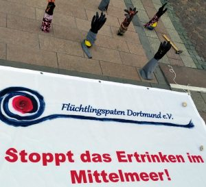 Auch die Flüchtlingspaten setzten vor der Ratssitzung ein sichtbares Zeichen. Foto: Thomas Engel