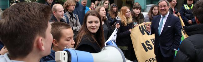 Unternehmertag: Junge KlimaschützerInnen überraschen Laschet – Ministerpräsident spricht über Nachhaltigkeit