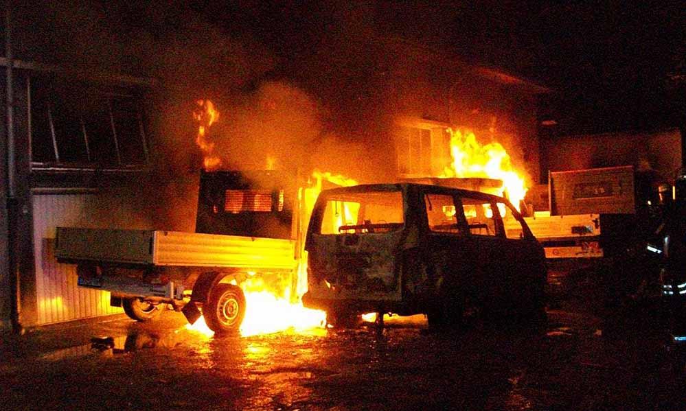 Gleich an zwei Stellen brannten in der Burgholzstraße städtische Kleintransporter.