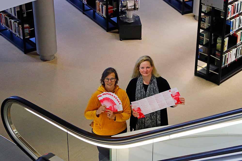 """Claudia Vennes (Stadt- und Landesbibliothek) und Isabel Pfarre (Kulturbüro Dortmund) mit dem Heft """"Literatur in Dortmund"""". Foto: Gaye Suse Kromer/ Dortmund Agentur"""