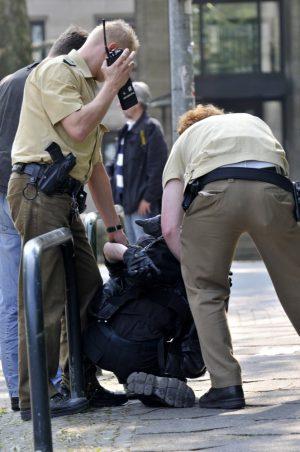 Neonazis haben den Mai-Umzug des DGB in Dortmund angegriffen. Die Polizei kesselte zahlreiche Neonazis ein. Foto: Michael Printz / PHOTOZEPPELIN.COM