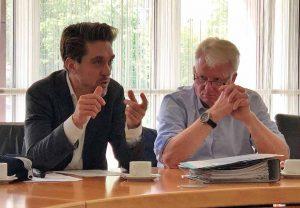 Prof. Dr. Michael Barsuhn, wissenschaftlicher Leiter des Instituts für kommunale Sportentwicklungsplanung (INSPO), mit OB Ullrich Sierau.