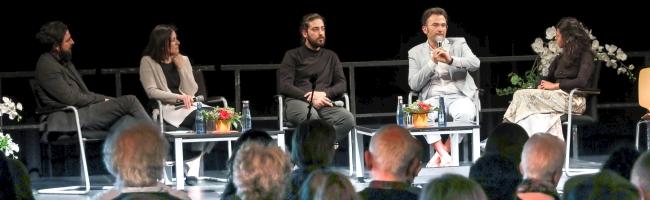 """""""Eine Reise, die noch nicht zu Ende ist"""" – Talk im DKH: 26 Jahre nach dem rechtsextremen Mordanschlag von Solingen"""