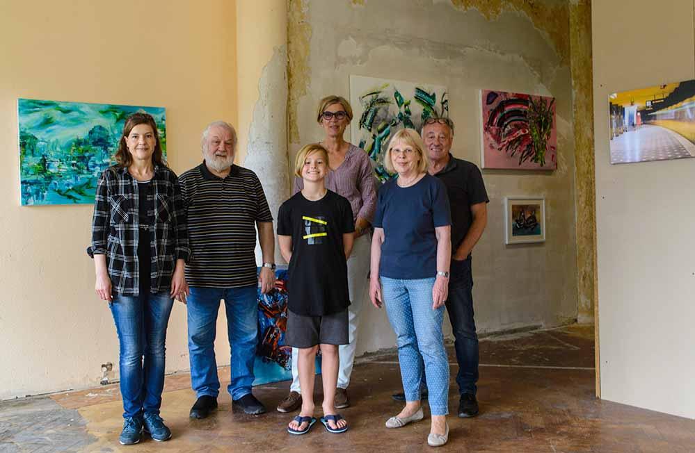 Gruppenbild der MacherInnen der zweiten Ausstellung: Beate Wolf, Dieter Doeblin, Felix Motz, Brigitte Hölzel, Rika Pütthof, Jürgen Huhn.Foto: R. Hölzel