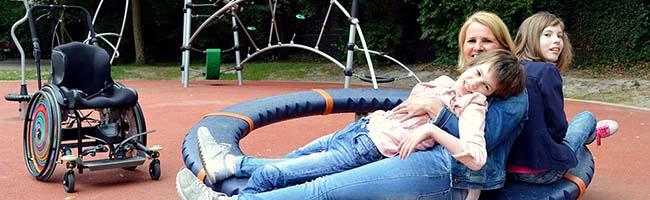 """Projekt """"Stück zum Glück"""" – Maira und Mara Ziehe testen ersten inklusiven Spielplatz in Dortmund-Marten"""