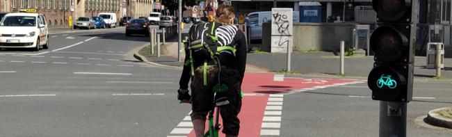 Zwölf Verbände schreiben offenen Brief an den OB und fordern Autospuren zu Radfahrstreifen umzuwandeln