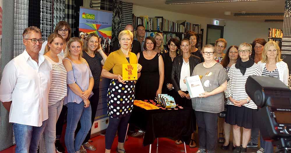 Daniela Schneckenburger überreichte die Auszeichnungen der fünf Einrichtungen an zu Recht stolze VertreterInnen. Fotos: Claus Stille