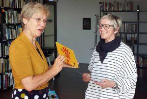 Daniala Schneckenburger überreicht Barbara Lindemann vom Forum Bartoldus das Kulturkita-Zertifikat.