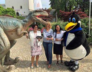 Keine Angst vor dem Raptor - und vor Pido sowieso nicht: Heike Heim (DEW21), Dr. Dr. Elke Möllmann (Städtische Museen) und Kerstin Keller-Düsberg (Projektleiterin).