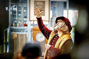 Leonardo da Vinci-Darsteller Kurt Doll erzählt auf dem Günter-Samtlebe-Platz aus dem Leben des italienischen Gelehrten. Foto: Gottfried Stoppel