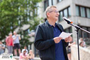 Professor Dietmar Köster (SPD Mitglied und Abgeordneter im EU Parlament) spricht zu den Demonstrant*innen.