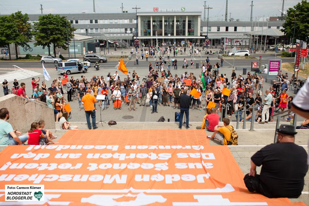 Circa 170 Demonstrierende versammelten sich, um sich für Sichere Häfen und Fluchtwege stark zu machen.