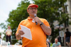 Joachim Spehl von Seebrücke Dortmund hält einen Redebeitrag auf der Demonstration.