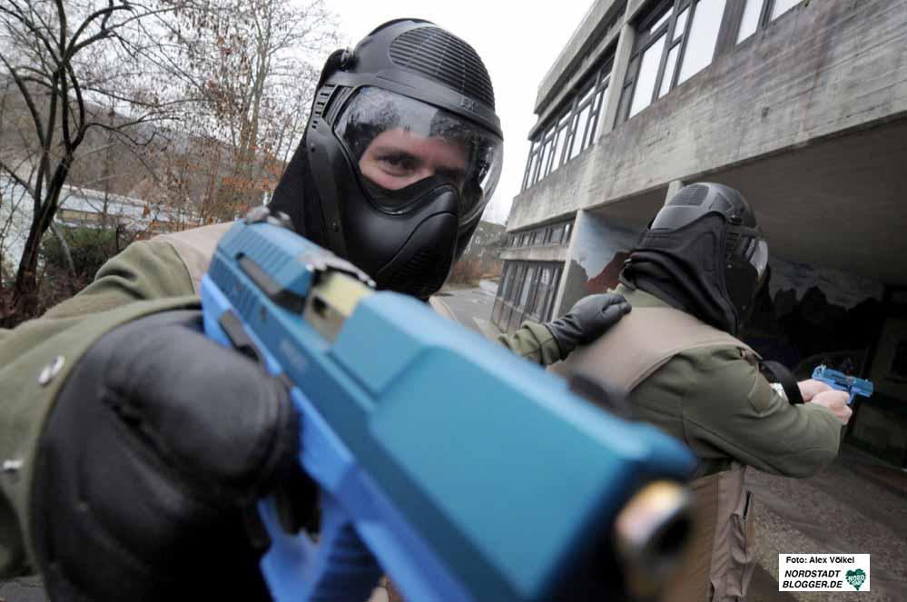 Sondereinsatzkommandos (SEK) der Polizei werden in den nächsten Monaten in leerstehenden Immobilien trainieren. Das Archivbild zeigt ein Antiterrortraining der Polizei. Foto: Alex Völkel