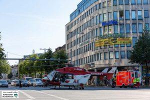 Der Rettungshubschrauber musste auf dem Wallring landen, weil das Klinikum-Mitte über keinen Landeplatz verfügt. Fotos_ Leopold Achilles