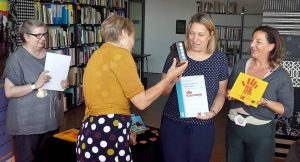 VertreterInnen des Familienzentrums Lange Straße nehmen die Auszeichnungen entgegen.