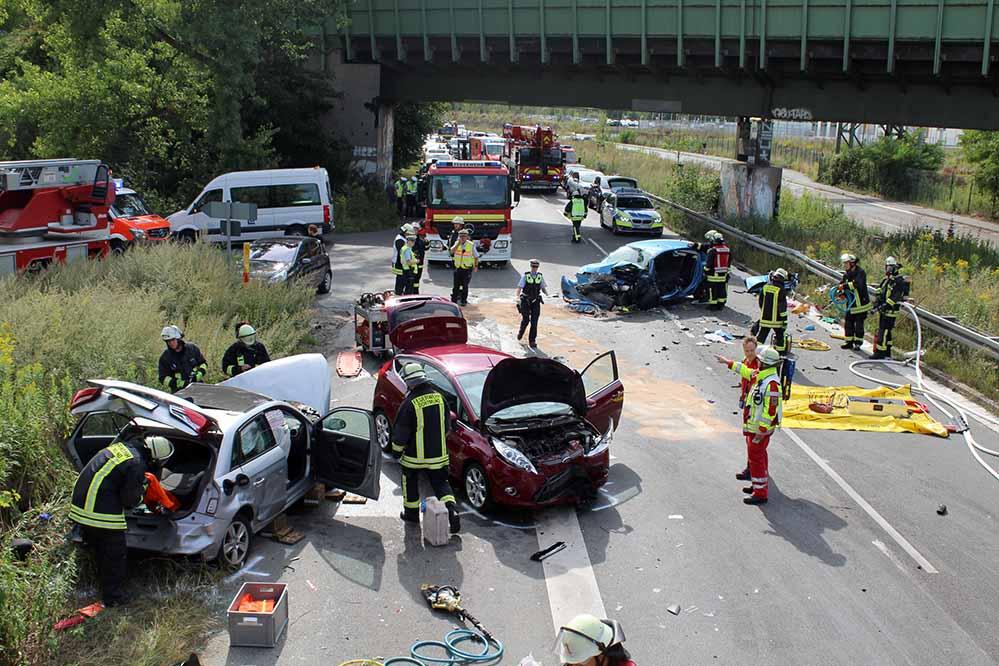 Die Unfallstelle mit den drei völlig zerstörten Fahrzeugen auf der Brackeler Straße. Foto: Feuerwehr Dortmund