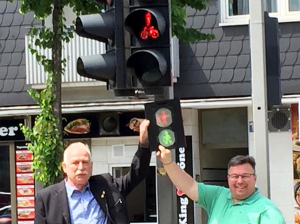 Bezirksbürgermeister Oliver Stens (rechts) und Wolfgang Wenzelmann der IG BCE zeigen, wie die Ampeln in Eving zukünftig aussehen werden. Bild: Manuela Stens