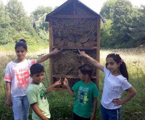 Die Kinder zeigen auf ihre Namen. Marwa, Ghazi, Abdullah und Farah (v.l.)