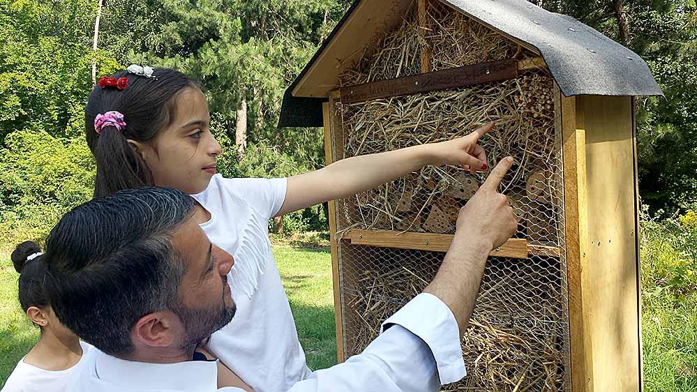 Farah mit Papa Essam Alkuwaifi zeigen, wo schon Gäste einzogen sind. Fotos: Claus Stille