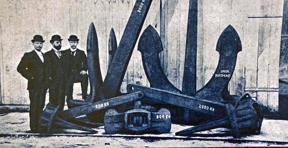 Hall-Anker verschiedener Gewichte der Dortmunder Union mit dem Leiter des technischen Büros, Ludwig (liks) und dem Betriebschef Martinwerk und Stahlgießerei Kollmeyer (rechts). Repro