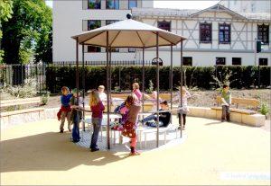 Das Generationen-Karussell ermöglicht sowohl Menschen mit Rollatoren als auch mit Rollstühlen eine Teilhabe - sie können mit den Jüngeren spielen und auf dem Karussell ohne Assistenz mitfahren.