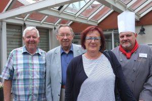 HansJürgen Unterkötter, Gerd Wendzinski, Suzanne Scholz und Detlef Schulz vor der Senioren wohnstätte. Foto: Susanne Schulte