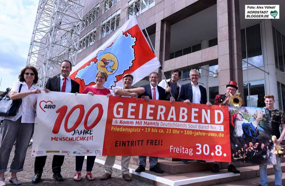"""Renate Riesel (AWO DO), Peter Orth (Sparkasse), Mirja Düwel, (AWO DO), Murat Kayi (Geierabend), Michael Scheffler (AWO-Bezirk), """"Steiger"""" Martin Kaysh (Geierabend), Arno Lohmann, stellv. (AWO-Bezirk), Mattheus (Geierabend) und Steffen Pawelke (AWO Bezirk) freuen sich auf das Fest."""