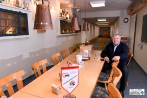 Bodo Champignon sitzt in der Seniorensportstätte. Die Kegelbahn ist stark frequentiert.