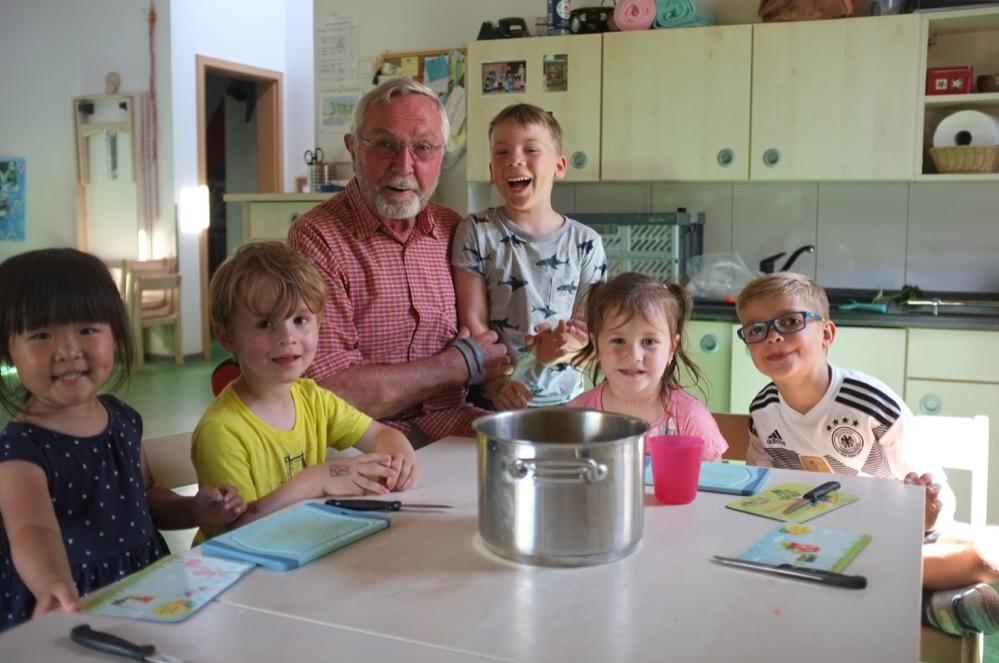 Berndt Schmidt kocht mit den Kindern in der Kita Heliosweg. Fotos: Susanne Schulte