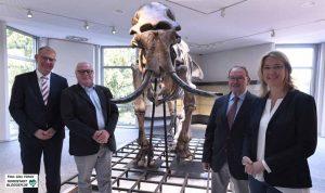 Dirk Schaufelberger, Dick Mol, Adolf Misch und Elke Möllmann freuen sich über den neuen Star des Museums.