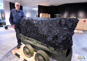 Rund 310 Millionen Jahre alt ist dieser Steinkohle-Brocken, der in der Zeche Hardenberg gefördert wurde. Er ist allerdings nicht das älteste Objekt des Museums, berichtet Dr. Jan-Michael Ilger.